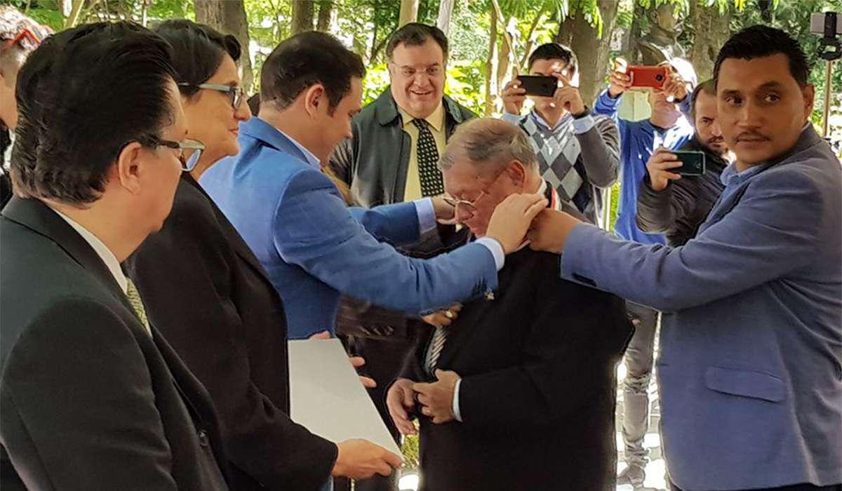Autoridades Estatales y Municipales imponen la medalla al Profr. Aurelio Conejo Rubio.